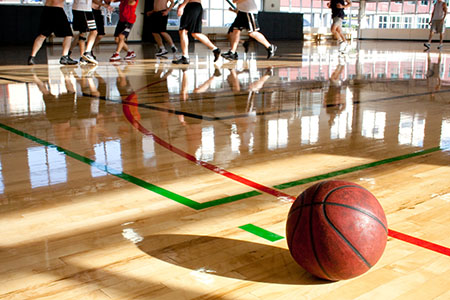 Can basketball players spread the coronavirus to other players during a game or practice?